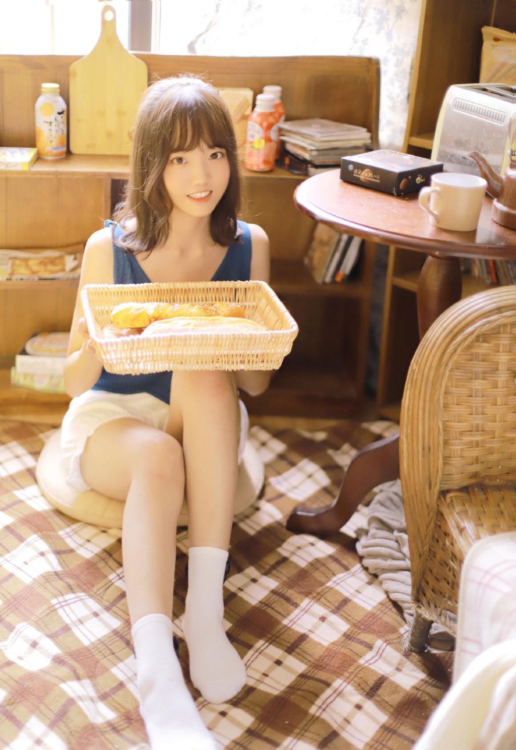 文艺美少女吊带长腿白丝袜美腿写真