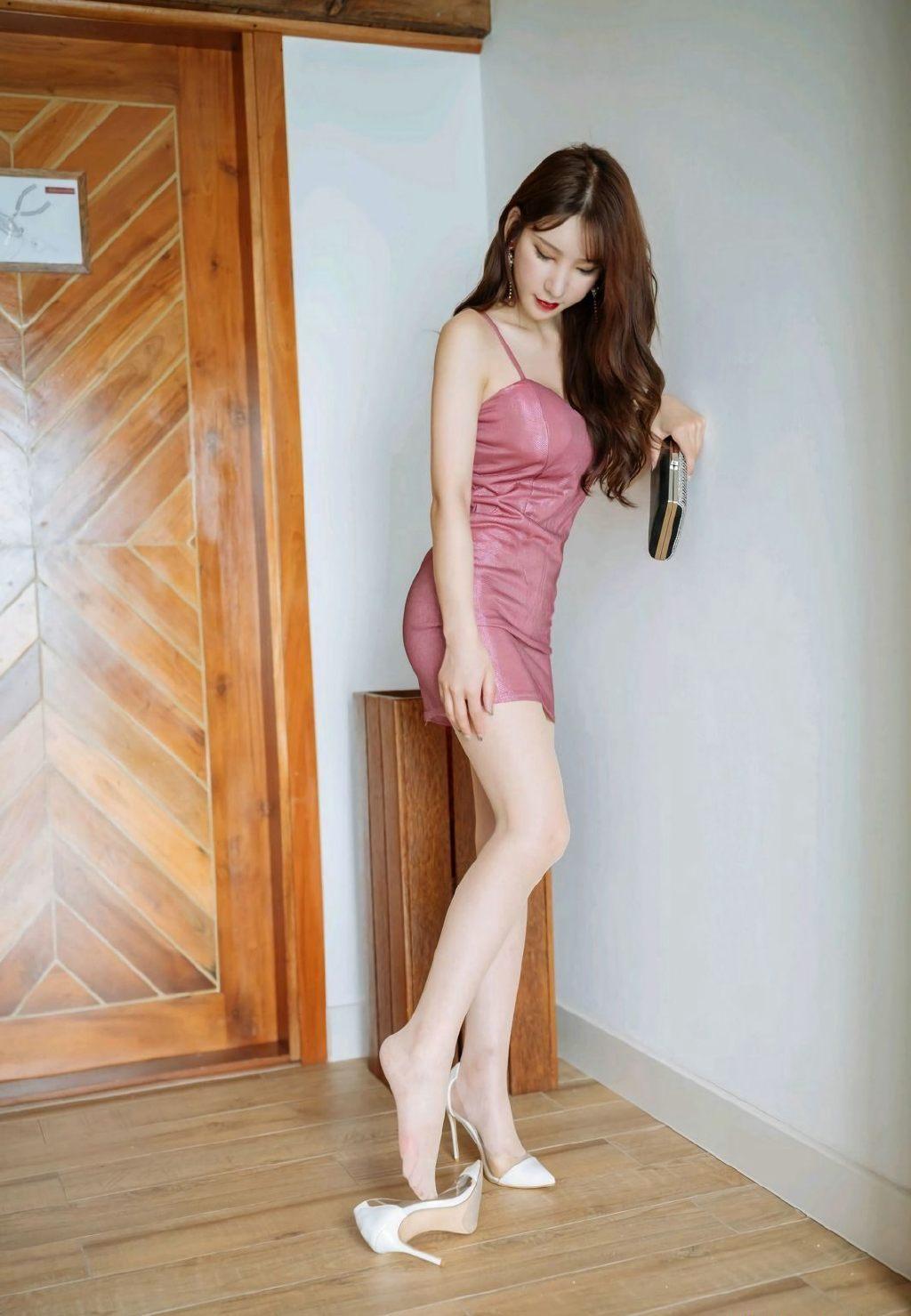 吊带包臀裙美女丝袜美腿性感写真