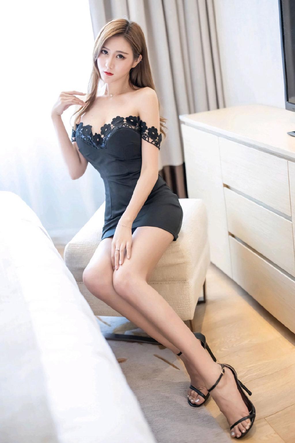 身材高挑曼妙性感美女丝袜美腿写真