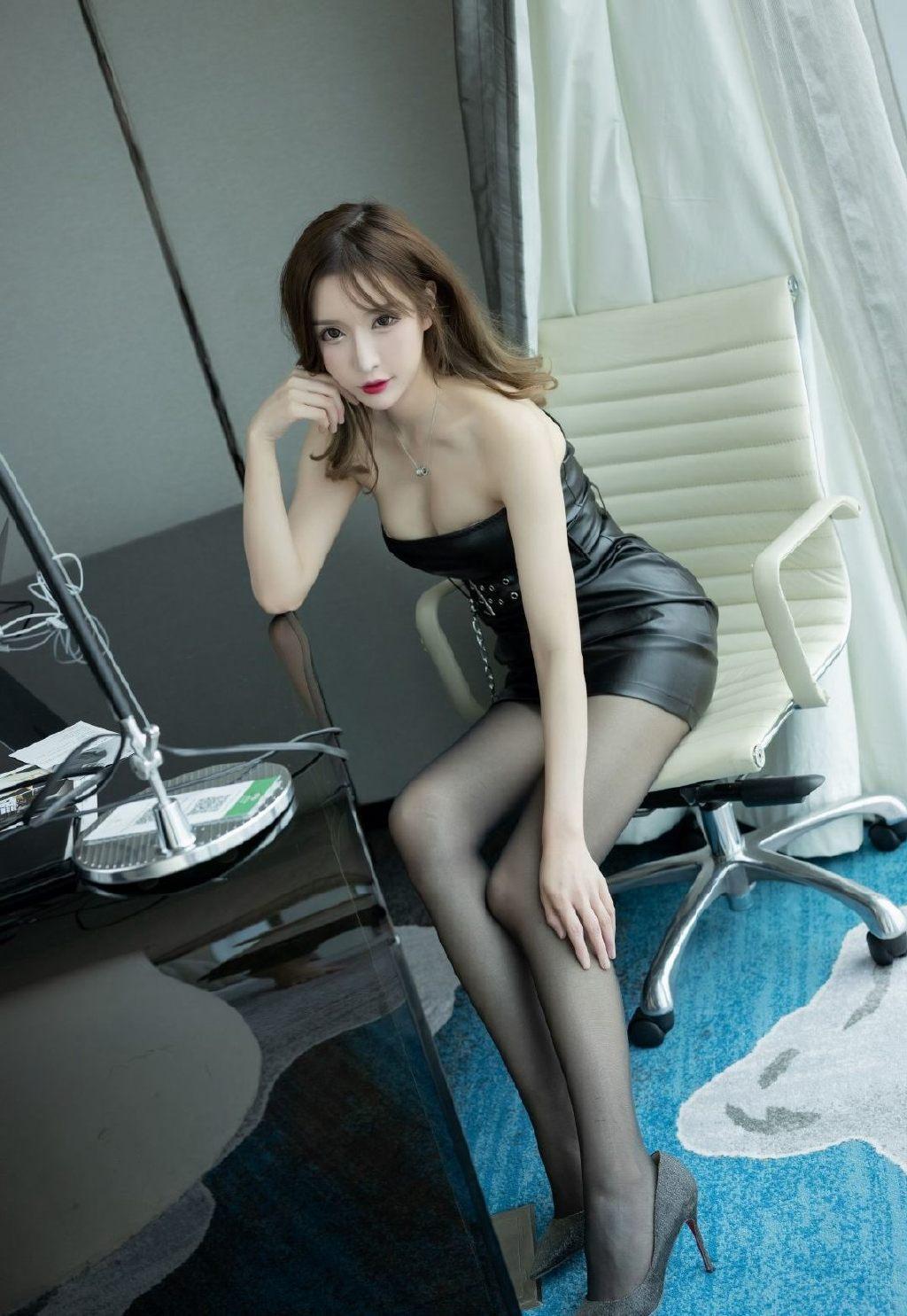 裹胸皮裙美女模特黑丝美腿妩媚诱惑写真